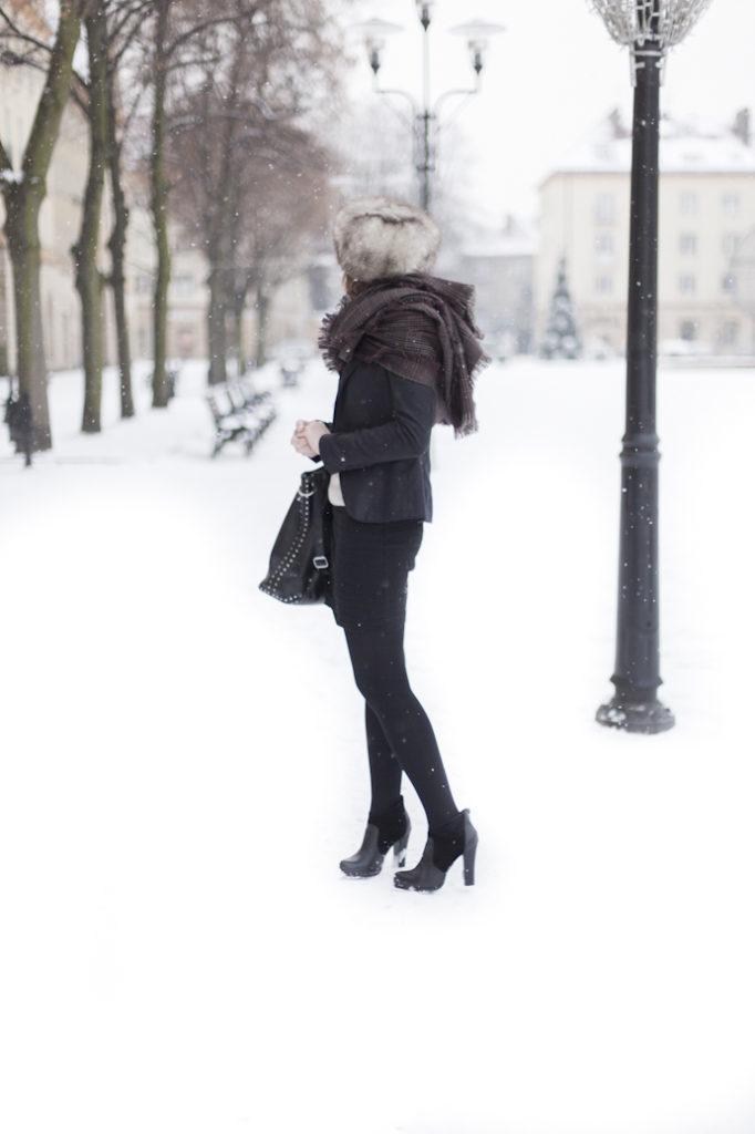 zima kobieta styl stylizacja do pracy elegancko futrzana czapka