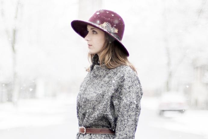 Bordowy kapelusz dziewczyna zima