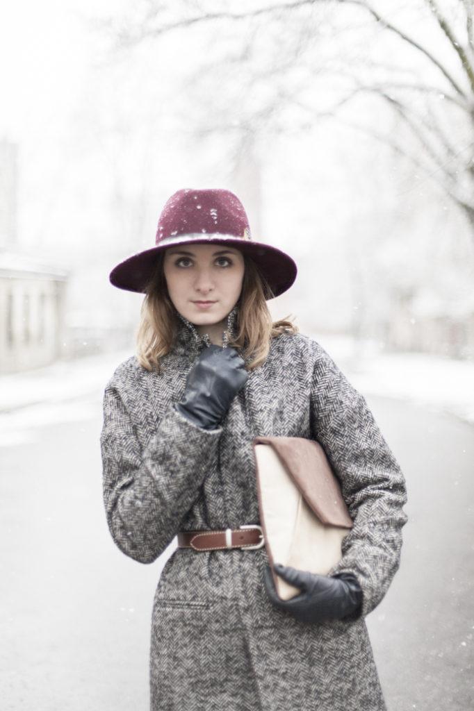 Bordowy kapelusz oraz męski płaszcz