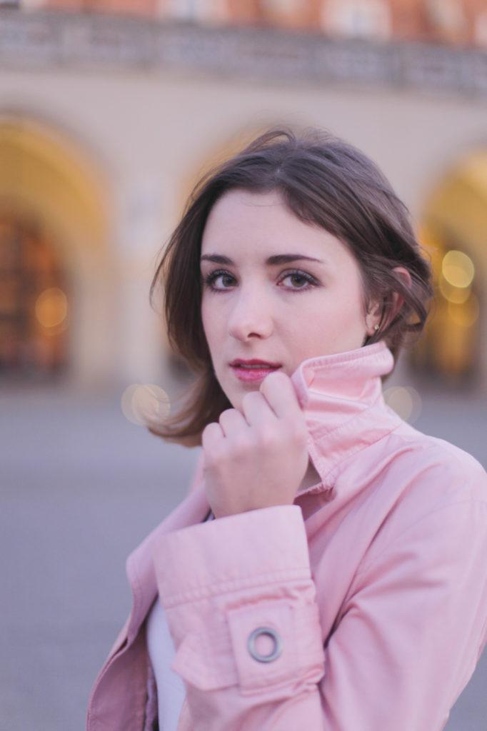 różowy trencz