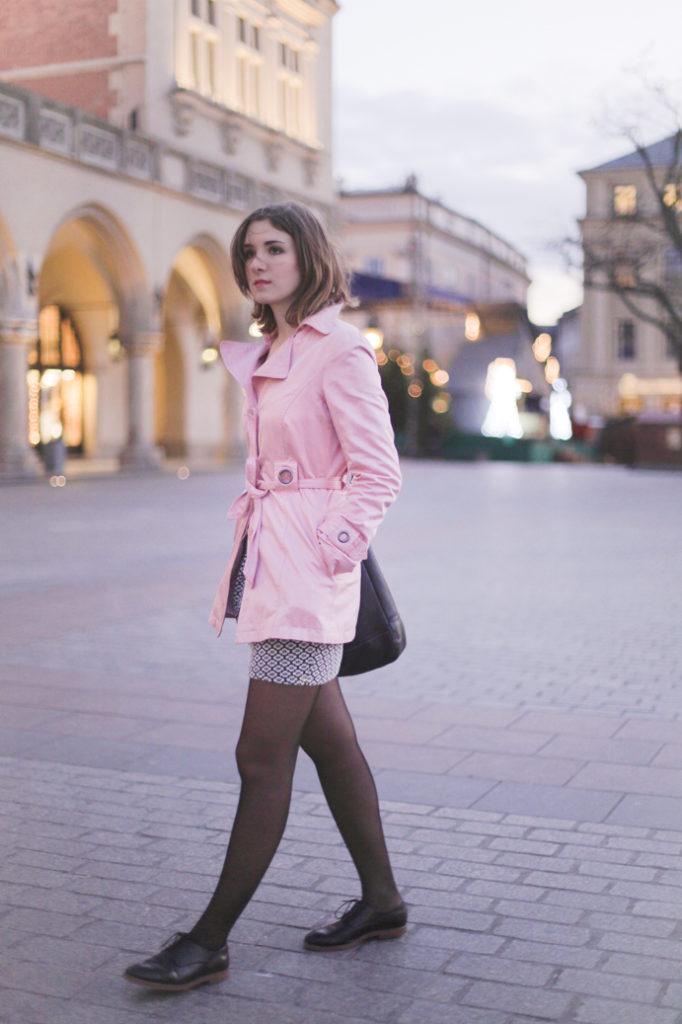 miejski zestaw z różowym trenczem