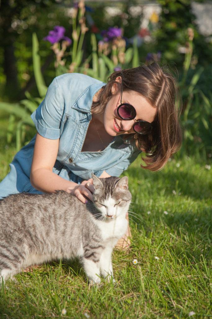uśmiechnięta dziewczyna i kot