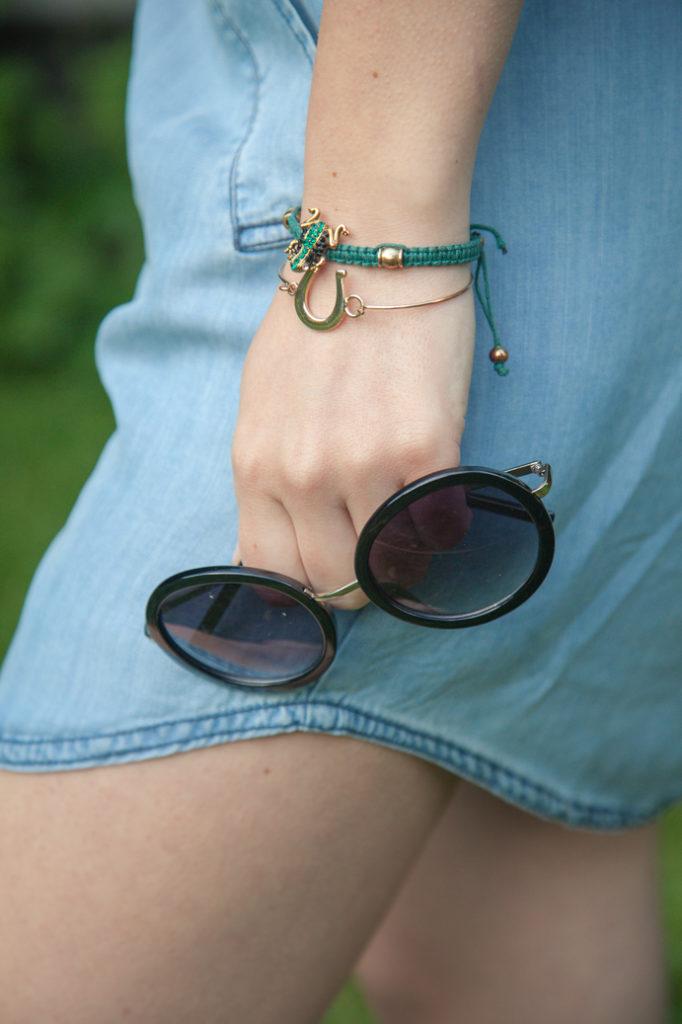bransoletki i okulary przeciwsłoneczne