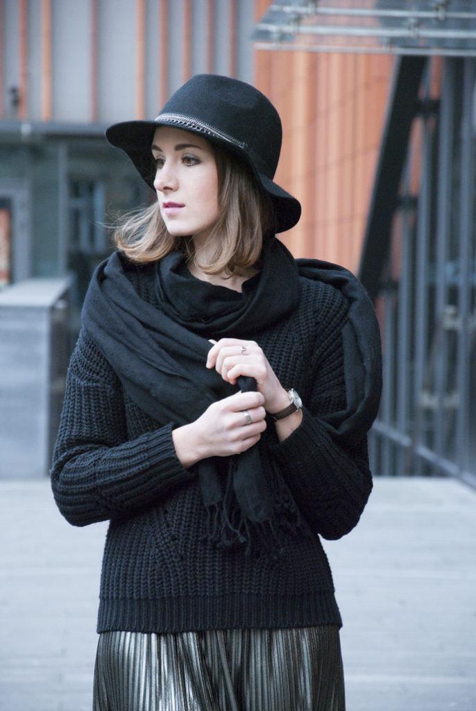 czarny szal i rockowy kapelusz