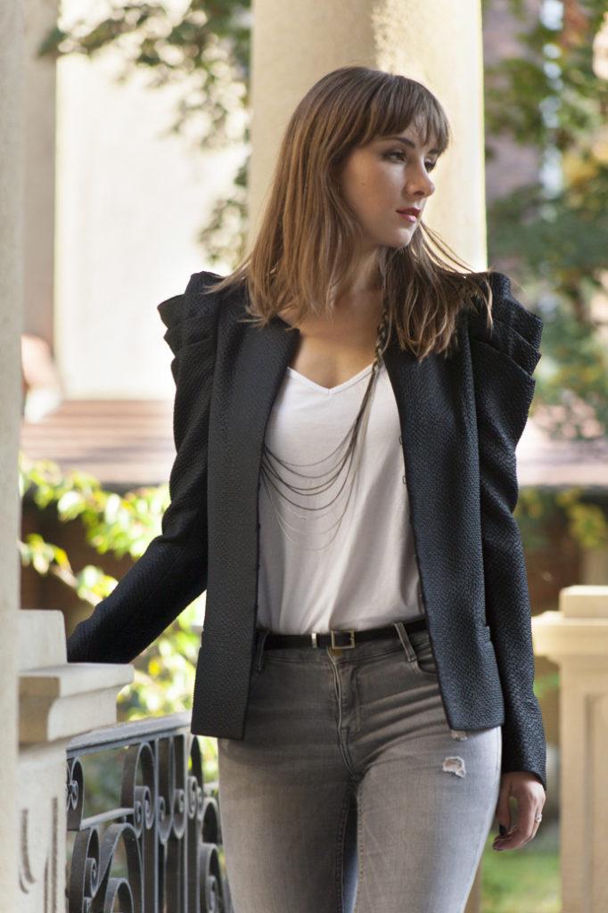 klasyczny-ubiór-biżuteria-jeansy