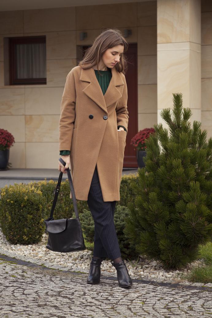 beżowy wełniany płaszcz