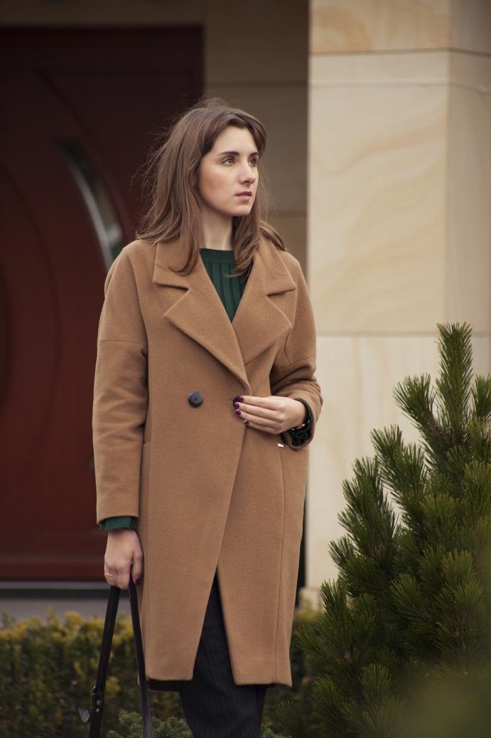 kamelowy płaszcz codzienna elegancja