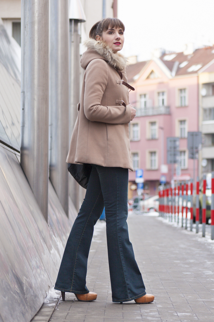 dzwony jeansy beżowy płaszcz